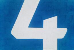 En vier tegen een blauwe achtergrond.